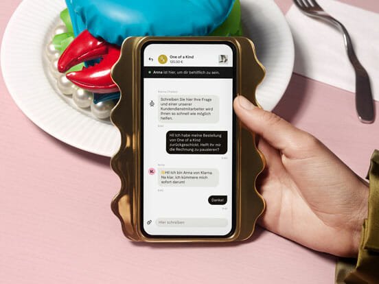 Handy Bildschirm mit Kundenservice in der Klarna App