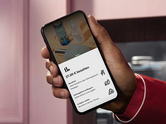 Handy Bildschirm mit Klarna Zahlungsmethoden
