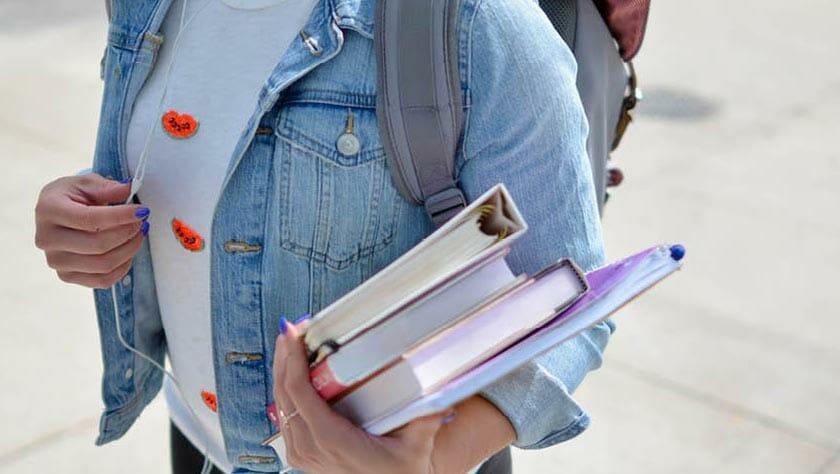 Customer journey goeroe afbeelding vrouw met boeken