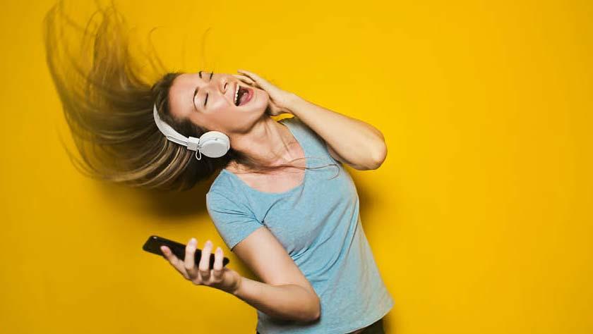 Vrouw luistert muziek door headphone afbeelding