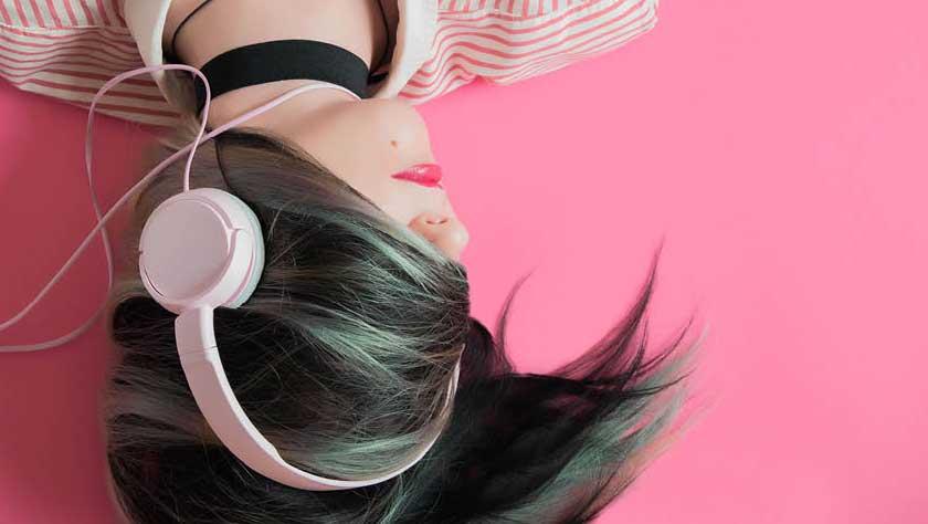 Vrouw met koptelefoon afbeelding