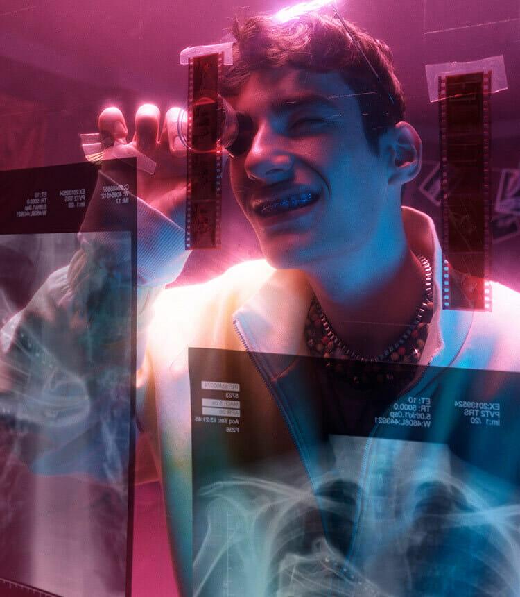 Heartbeats4Sneakers - Man kijkt naar sneaker röntgenfoto's