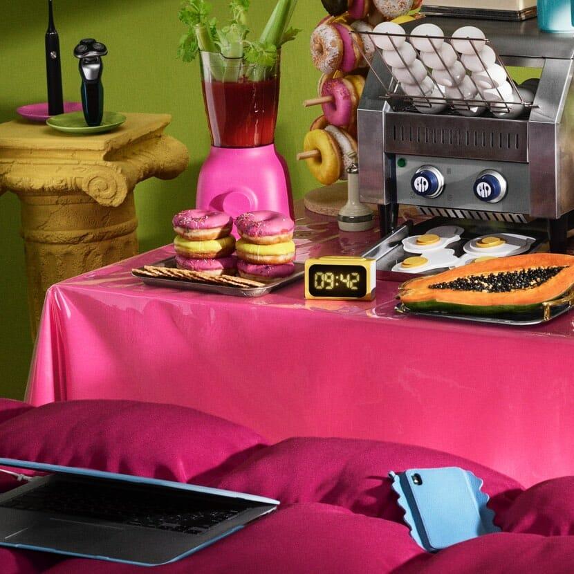 Aamiaispöydässä domitseja ja sininen matkapuhelin