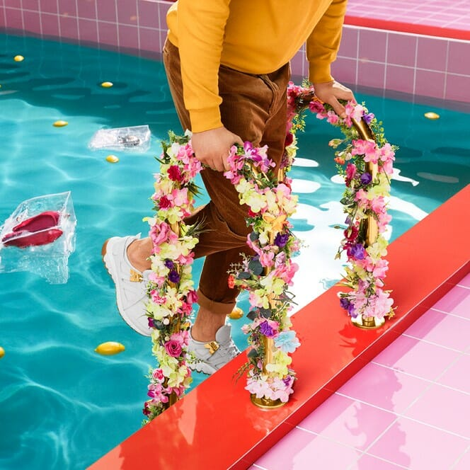 Mies menossa altaaseen vaatteet päällä