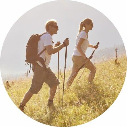 Etriaksen mainos nainen ja mies sauvakävelemässä
