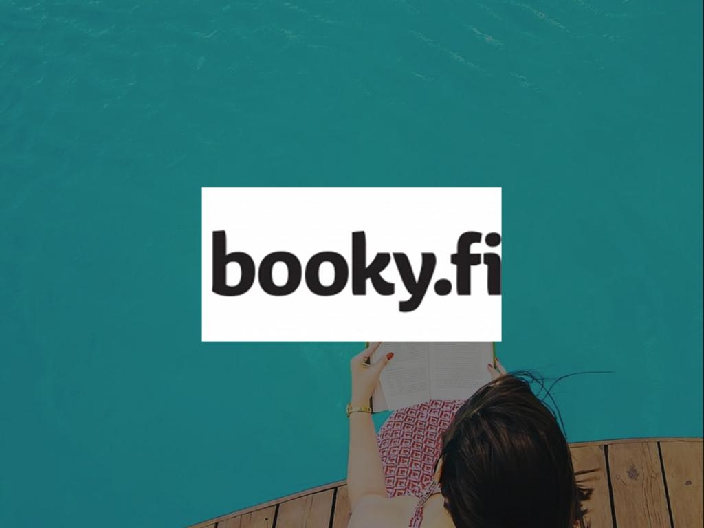 Nainen altaan reunalla edessä booky.fi logo