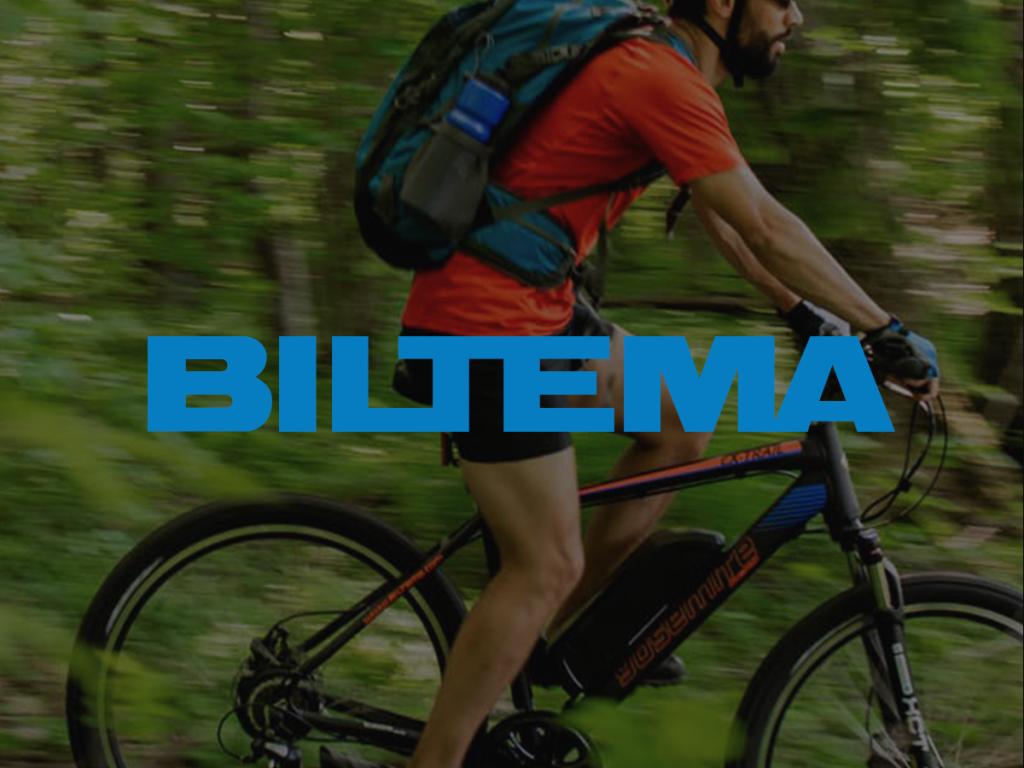 Mies pyöräilee metsässä päällä sininen Bilteman logo