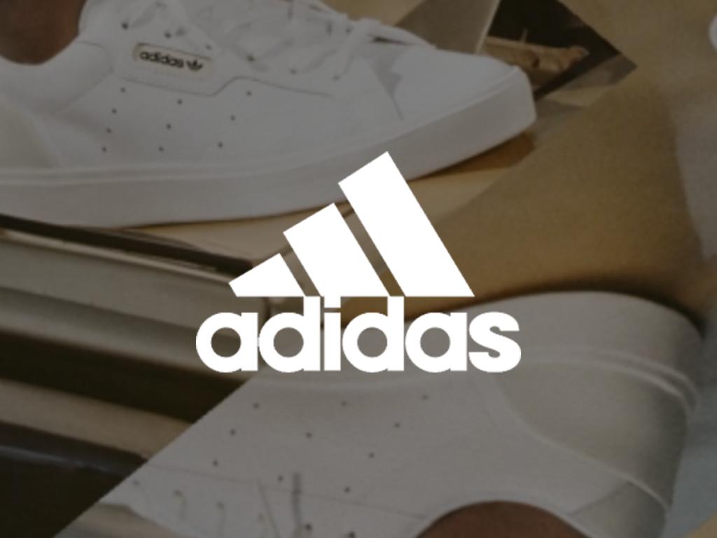 Valkoisten lenkkarien edessä valkoinen adidas logo