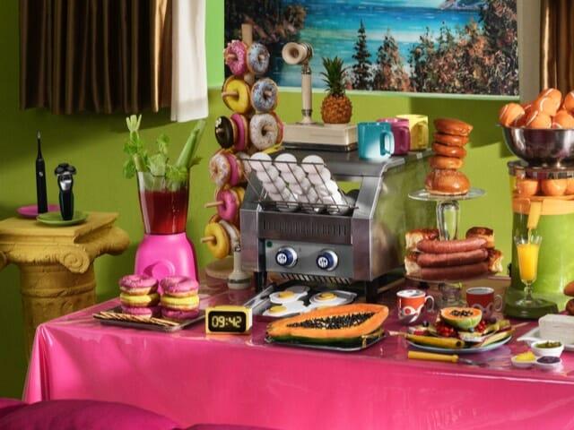 Värikäs omalaatuinen aamiais buffet pöytä