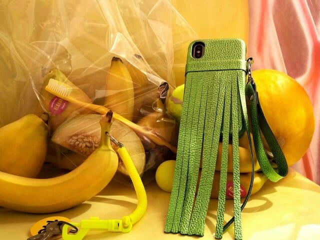 Hedelmä ostosten vieressä matkapuhelin vihreässä nahka kotelossa