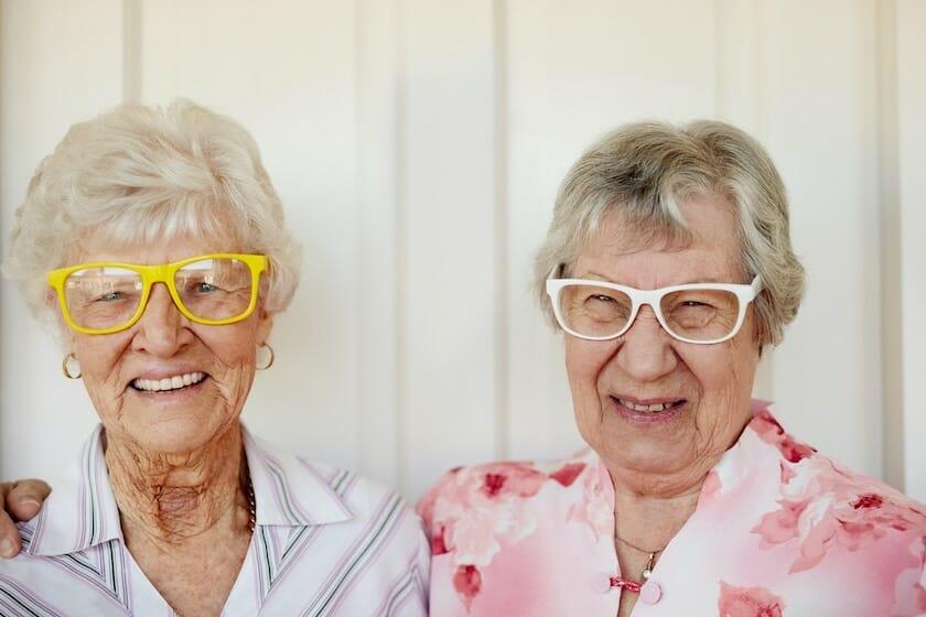 Kaksi iloista silmälasipäistä eläkeikäistä